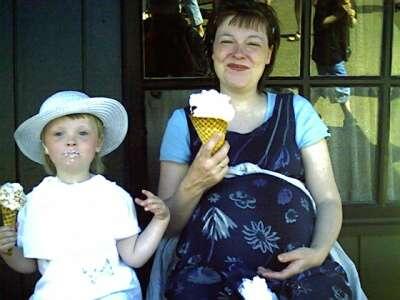 Frederikke og Mor spiser is