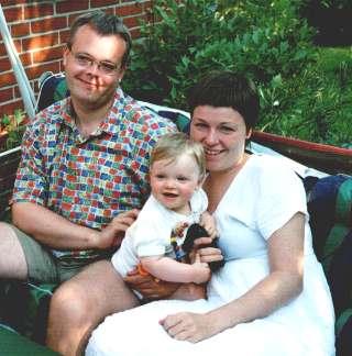 Frederikke far og mor i hængesofaen