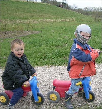 Mads og Mikkel på scootere