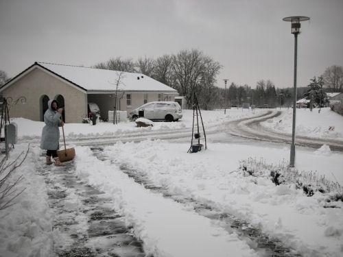Karen skovler sne